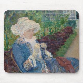 Tapis De Souris Lydia faisant du crochet dans le jardin à marneux