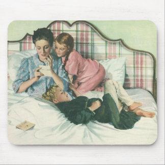 Tapis De Souris Mère vintage et enfants lisant des cartes dans le