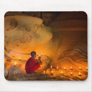 Tapis De Souris Moine priant par un Bouddha