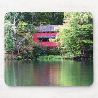 Tapis De Souris Pont couvert rouge au-dessus de lac Mousepad