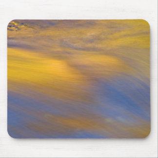 Tapis De Souris Réflexion d'or d'automne sur l'écoulement de l'eau