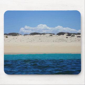 Tapis De Souris Ressacs sur la plage sablonneuse sous le ciel bleu