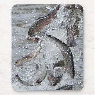 Tapis De Souris Saison de truite déchargeant la truite dans le lac