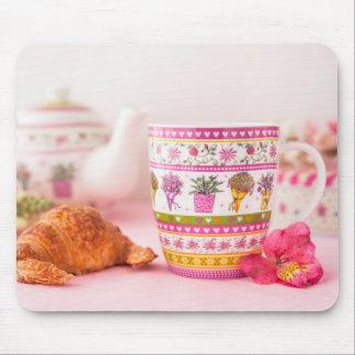 Tapis De Souris Tasse avec le thé, le croissant et la fleur