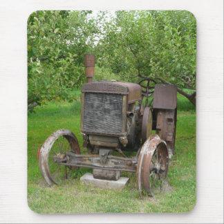 Tapis De Souris Tracteur vintage dans le champ de pommiers