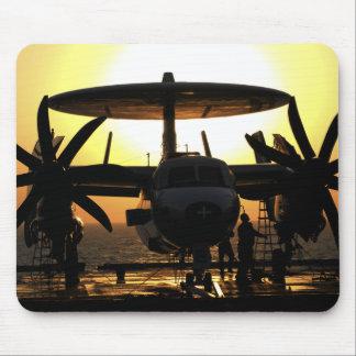 Tapis De Souris Travail de marins sur un avion d'E-2C Hawkeye
