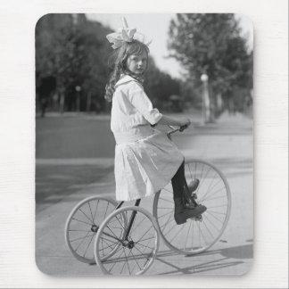 Tapis De Souris Tricycle antique Girl, 1913
