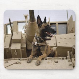 Tapis De Souris Un chien d'utilité militaire se repose sur un M2A3