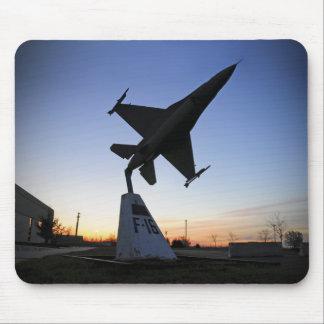 Tapis De Souris Un modèle d'échelle d'un faucon de combat de F-16