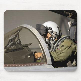 Tapis De Souris Un pilote prépare son F-15A Eagle