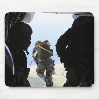 Tapis De Souris Un soldat exécute un saut de statique-line