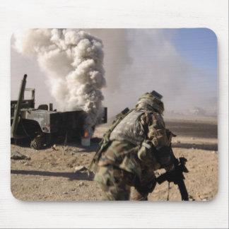 Tapis De Souris Un soldat réagit à l'des explos commandés