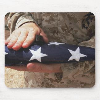 Tapis De Souris Un soldat tient le drapeau des Etats-Unis