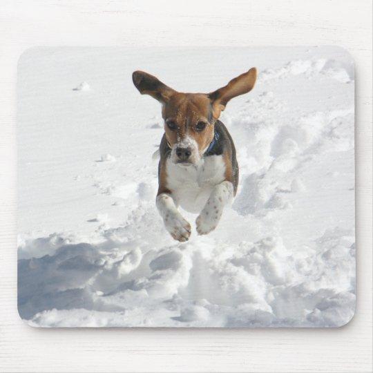 tapis de souris vol de beagle dans la neige. Black Bedroom Furniture Sets. Home Design Ideas