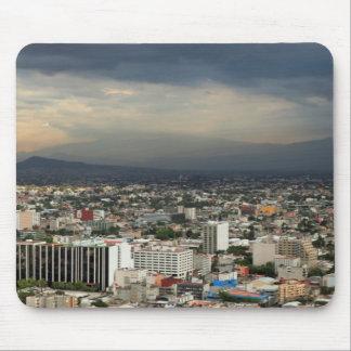 Tapis De Souris Vue courbe du paysage urbain contre le ciel
