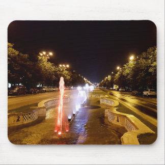 Tapis De Souris Vue de nuit à la fontaine colorée à Bucarest