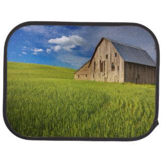Tapis De Voiture Vieille grange dans le domaine du blé de mars