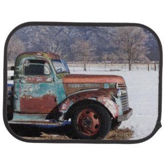 Tapis De Voiture Vieux camion se reposant dans le domaine