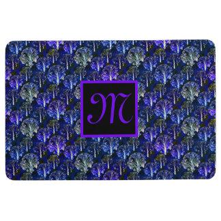 Tapis décoré d'un monogramme bleu et violet