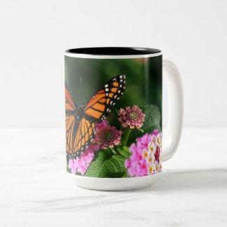 Tasse 2 Couleurs Beau papillon sur la fleur de Lantana
