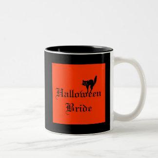 Tasse 2 Couleurs Jeune mariée de Halloween avec le chat noir