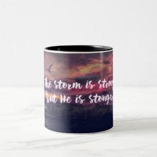 Tasse 2 Couleurs La tempête est forte, mais il est plus fort -