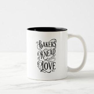 Tasse 2 Couleurs Les boulangers malaxent l'amour - amusement pour