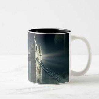 Tasse 2 Couleurs Pont Londres de tour en brouillard de nuit