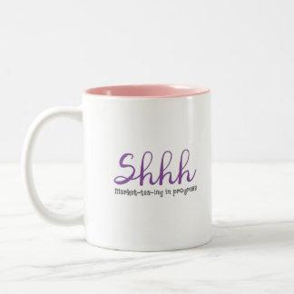 Tasse 2 Couleurs Shhh marché-thé-ing en cours