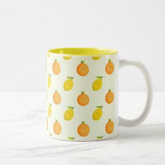 Tasse à deux tons heureuse de motif d'orange et de