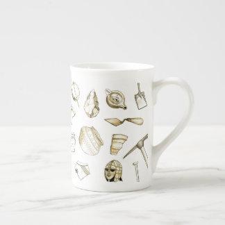 Tasse archéologique de porcelaine tendre de