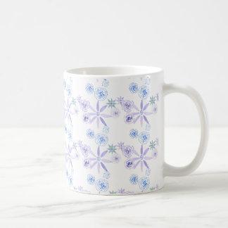 Tasse avec les fleurs bleues et pourpres