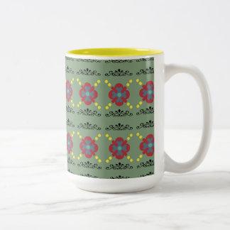 Tasse avec mettre en rouleau la conception florale