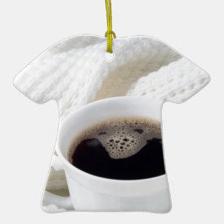 Tasse blanche avec du café chaud enveloppé dans un ornement t-shirt en céramique