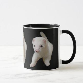 Tasse blanche de furet de bébé