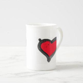 Tasse blanche de porcelaine tendre avec le coeur