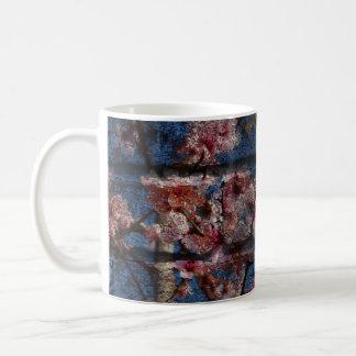 Tasse bleue de brique et de fleurs