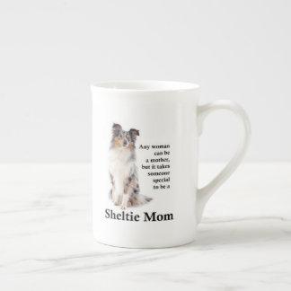 Tasse bleue de porcelaine tendre de maman de Merle