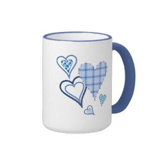 Tasse bleue de sonnerie de coeurs de patchwork