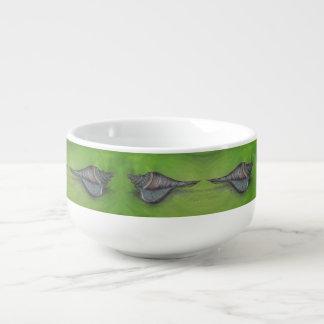 tasse bleue de soupe à coquillage