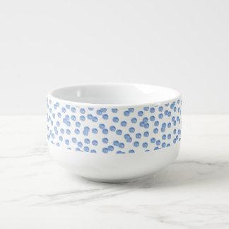 Tasse bleue de soupe à pois