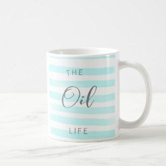 Tasse bleue et de blanc d'huile essentielle