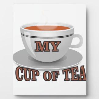 tasse brune de thé plaque photo