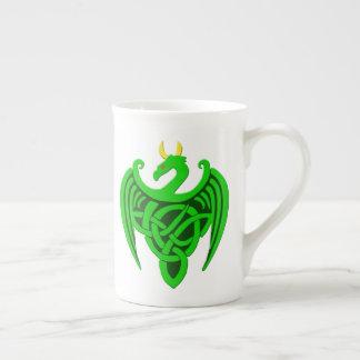 Tasse celtique verte de porcelaine tendre de