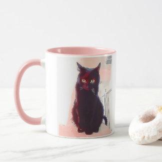 Tasse curieuse de chat noir