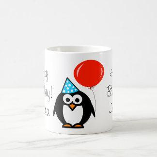 Tasse d anniversaire de pingouin avec le ballon ro