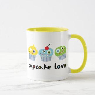 Tasse d'amour de petit gâteau avec les caractères