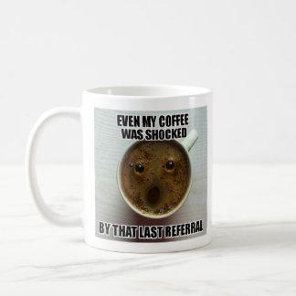 """Tasse d'assistant social - """"même mon café a été"""