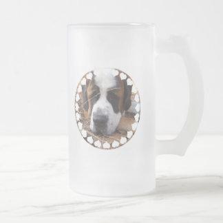 Tasse de bière givrée par chien de St Bernard