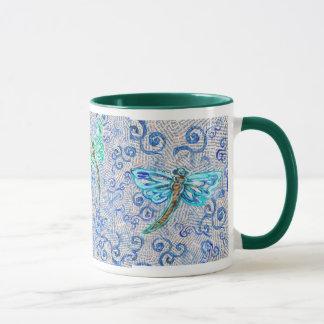 Tasse de café avec des libellules